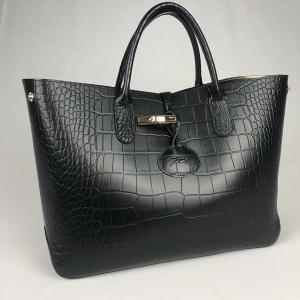 Longchamps Handtas Croco Zwart. Deze tas is in nieuwstaat met bronskleurig leren binnenkant en dustbag.